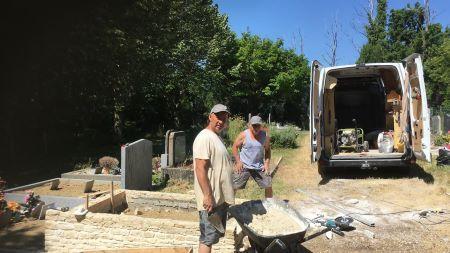 Pose de pierre naturelle de la Drôme au cimetière