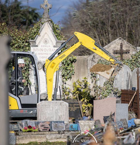 Creusement au cimetière pour l'inhumation d'un cercueil