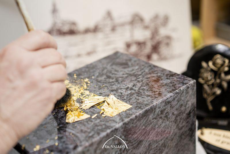 Gravure à l'or sur du granit