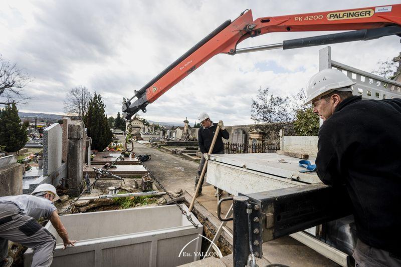 Pose d'un caveau au cimetière