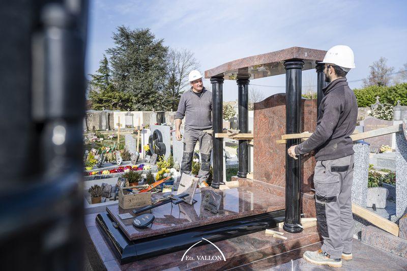 Pose d'un monument granit par la marbrerie Vallon