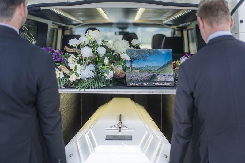 Corbillard lors d'une cérémonie d'obsèques à l'Eglise