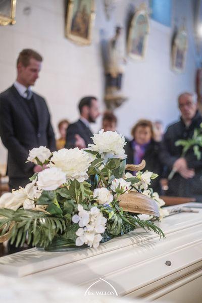 cérémonie d'obsèques dans une église