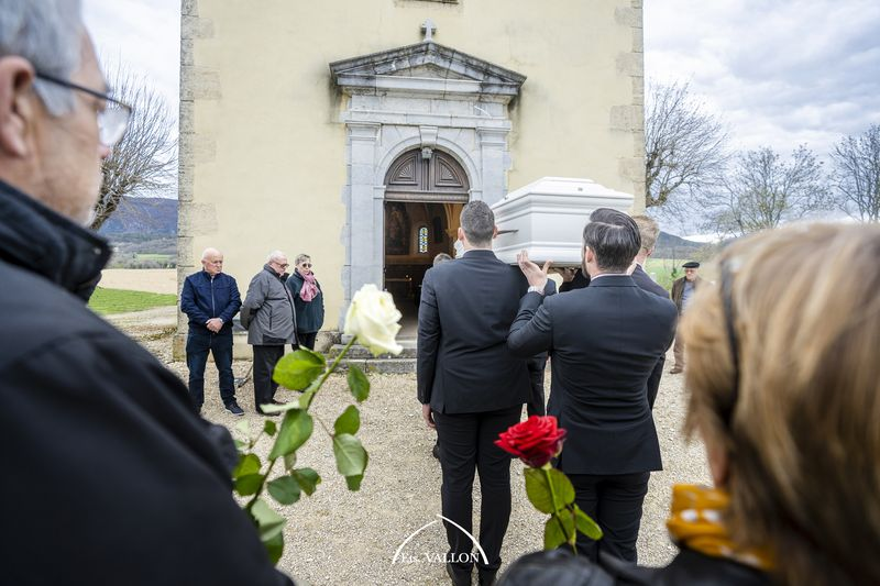 Famille, porteur et cercueil lors d'une cérémonie religieuse